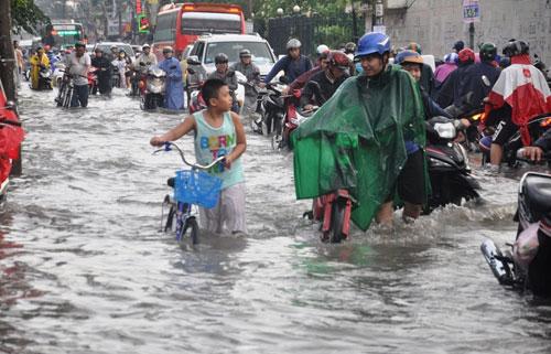 Mưa 1 giờ, đường Sài Gòn như mùa nước lũ miền Trung - 9