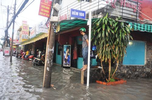 Mưa 1 giờ, đường Sài Gòn như mùa nước lũ miền Trung - 12