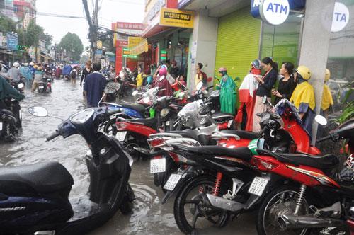 Mưa 1 giờ, đường Sài Gòn như mùa nước lũ miền Trung - 17