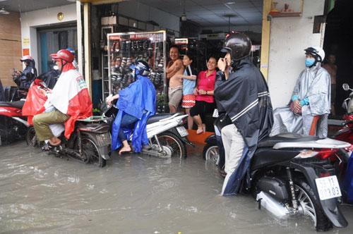 Mưa 1 giờ, đường Sài Gòn như mùa nước lũ miền Trung - 16
