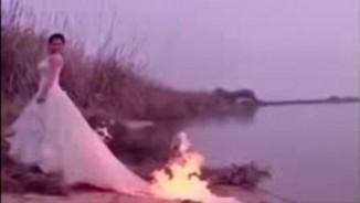 Clip cô dâu mạo hiểm đốt váy cưới để chụp ảnh gây sốc