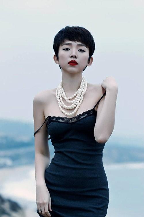 Tóc Tiên diện mốt đồ ngủ ra đường đẹp không kém Angela Phương Trinh - 4