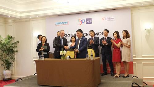 TPBank tăng sức mạnh tín dụng tài trợ thương mại 30 triệu USD từ ADB - 1
