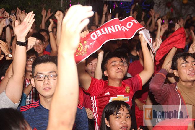 """""""Rừng"""" fan MU Việt tắm sâm banh mừng cúp Europa League - 2"""