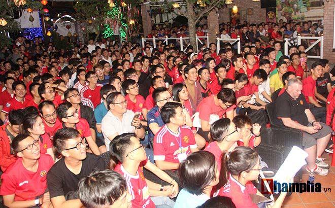 """""""Rừng"""" fan MU Việt tắm sâm banh mừng cúp Europa League - 1"""