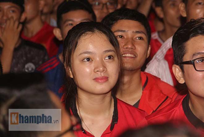"""""""Rừng"""" fan MU Việt tắm sâm banh mừng cúp Europa League - 12"""