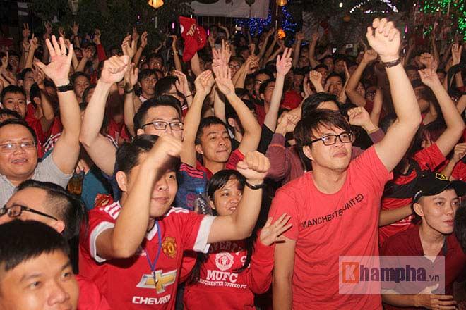 """""""Rừng"""" fan MU Việt tắm sâm banh mừng cúp Europa League - 5"""