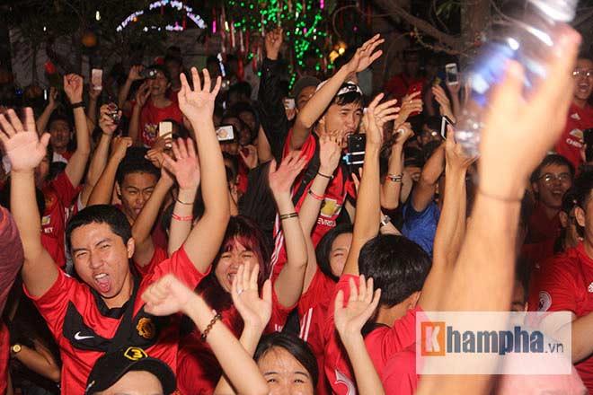 """""""Rừng"""" fan MU Việt tắm sâm banh mừng cúp Europa League - 7"""