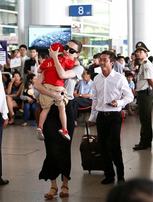 """Cường đô la, Trường Giang đối xử với """"nửa kia"""" ở sân bay thế nào - 7"""