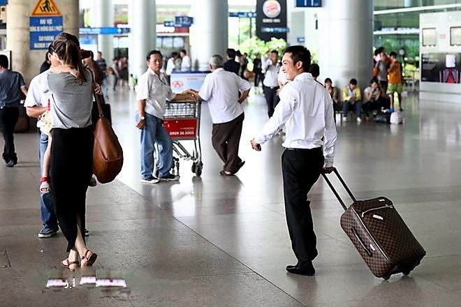 """Cường đô la, Trường Giang đối xử với """"nửa kia"""" ở sân bay thế nào - 8"""