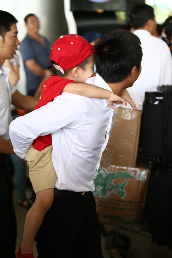 """Cường đô la, Trường Giang đối xử với """"nửa kia"""" ở sân bay thế nào - 9"""