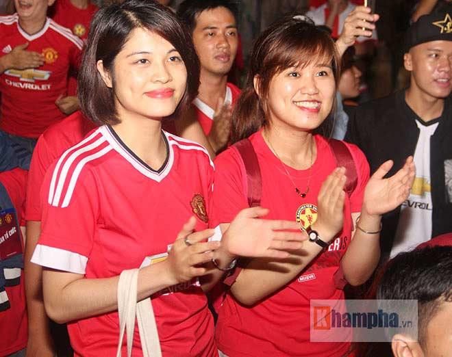 """""""Rừng"""" fan MU Việt tắm sâm banh mừng cúp Europa League - 13"""