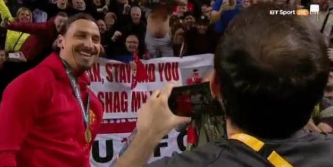 """MU vô địch: Fan """"dâng tặng"""" cả vợ để xin Ibrahimovic ở lại - 3"""