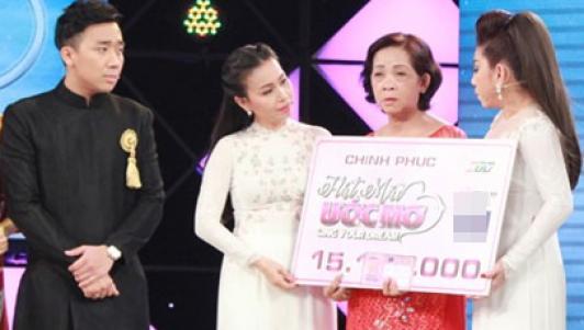 Trấn Thành trích tiền riêng tặng bà nội 62 tuổi chạy xe ôm nuôi 3 cháu