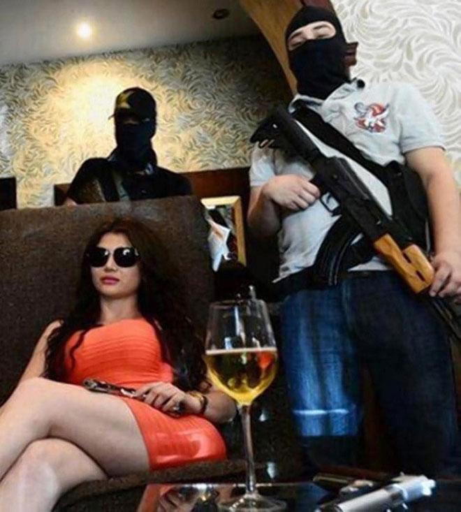 Cuộc sống thác loạn của bà trùm mafia sexy nhất TG - 3