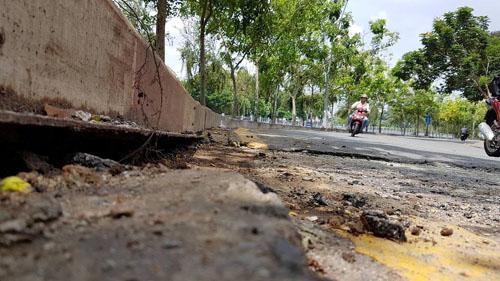 Sau hai tiếng nổ lớn, mặt đường ở Sài Gòn bị xới tung - 1