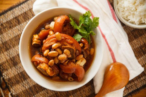 Chân giò hầm đậu phộng béo bùi, thơm nức cho bữa cơm chiều - 1