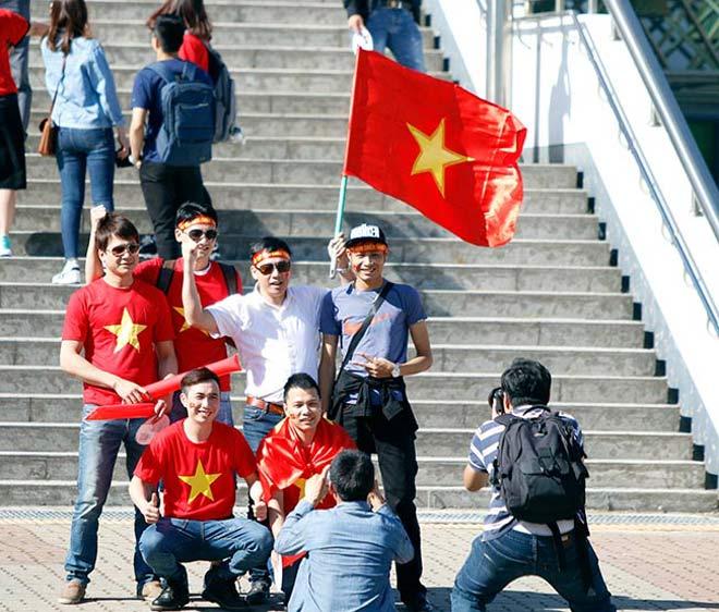 Thiếu nữ Hàn xinh tươi cổ vũ U20 Việt Nam đến phút cuối - 1