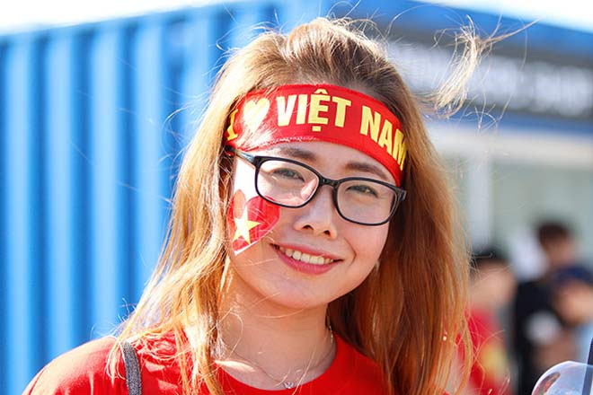 Thiếu nữ Hàn xinh tươi cổ vũ U20 Việt Nam đến phút cuối - 3