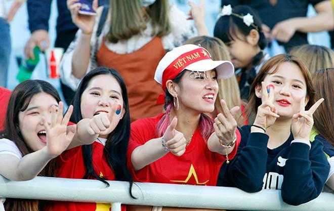 Thiếu nữ Hàn xinh tươi cổ vũ U20 Việt Nam đến phút cuối - 11