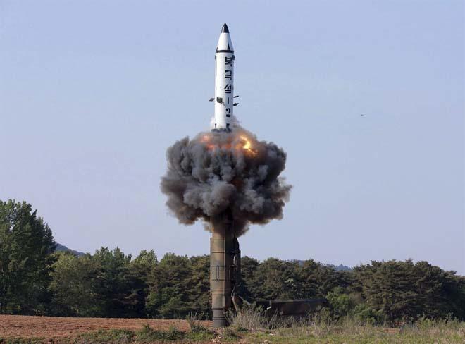 Muốn bắn tới Mỹ, tên lửa hạt nhân Triều Tiên phải nhờ TQ? - 4