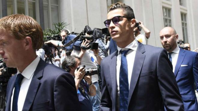 Ronaldo trốn thuế gấp đôi Messi: Đủ bằng chứng ngồi tù - 1