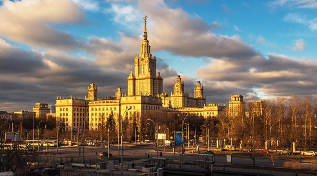 Đại học Quốc gia Moskva, Nga thành lập năm 1755, là ngôi trường lâu đời nhất nước Nga.