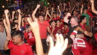 """""""Rừng"""" fan MU Việt tắm sâm banh mừng cúp Europa League"""