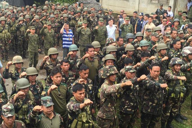 Cảnh sát Philippines bị IS chặt đầu... vẫn còn sống - 1