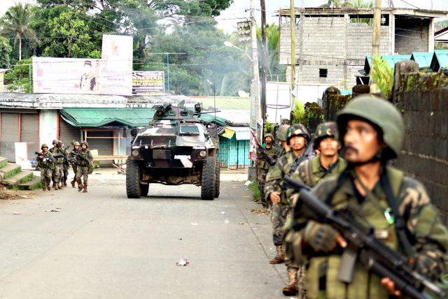 Cận cảnh quân đội Philippines tìm diệt IS trên đường phố - 1
