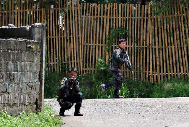 Cận cảnh quân đội Philippines tìm diệt IS trên đường phố - 2
