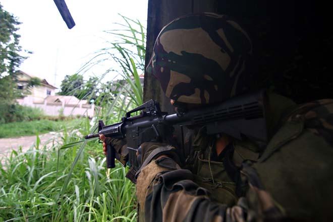 Cận cảnh quân đội Philippines tìm diệt IS trên đường phố - 3