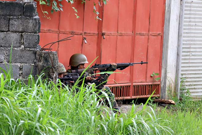 Cận cảnh quân đội Philippines tìm diệt IS trên đường phố - 4