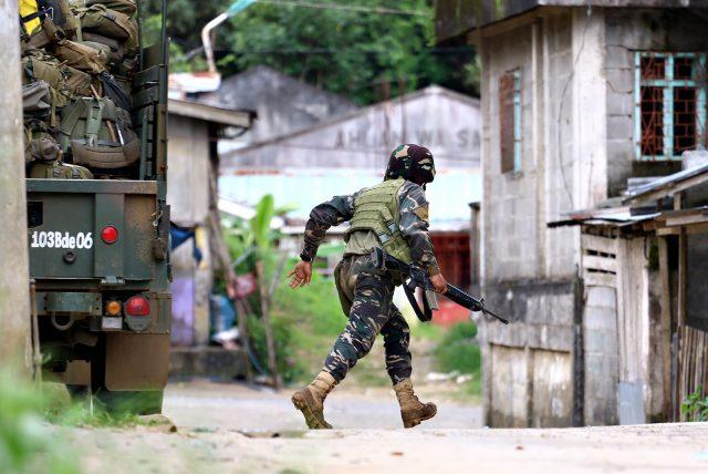 Cận cảnh quân đội Philippines tìm diệt IS trên đường phố - 5
