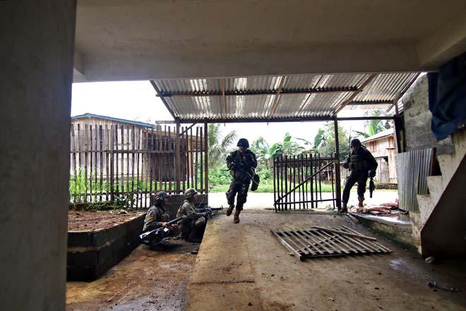 Cận cảnh quân đội Philippines tìm diệt IS trên đường phố - 6