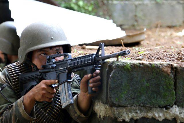 Cận cảnh quân đội Philippines tìm diệt IS trên đường phố - 7