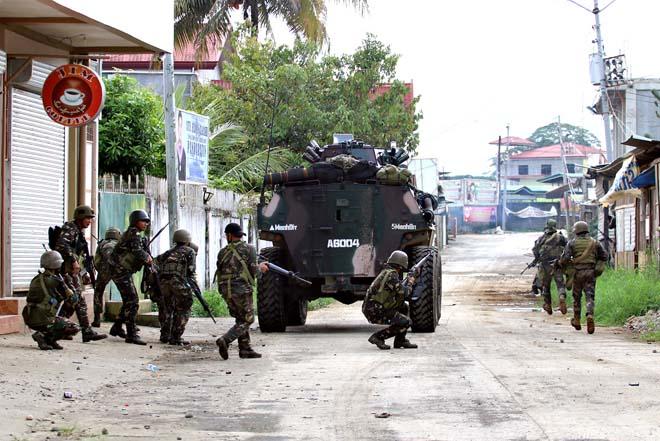 Cận cảnh quân đội Philippines tìm diệt IS trên đường phố - 8
