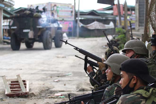 Cận cảnh quân đội Philippines tìm diệt IS trên đường phố - 9