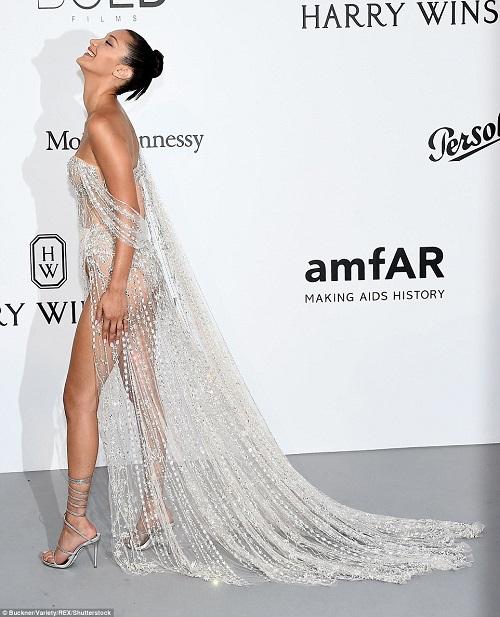 """Kiều nữ """"hot"""" nhất Hollywood mặc váy trong suốt gây sốc - 2"""