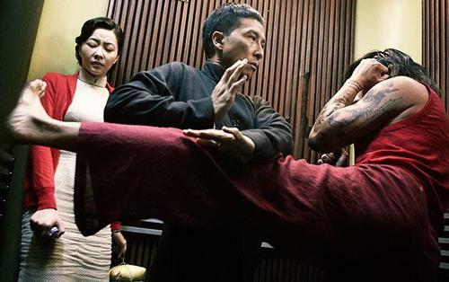 """Chân Tử Đan che chắn cho """"vợ hiền"""" trước đòn hiểm của võ sư Muay Thái - 1"""