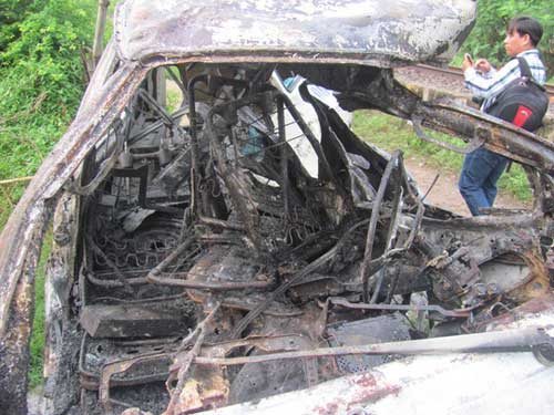 Tàu lửa tông nát xe 12 chỗ đậu trên đường sắt - 2