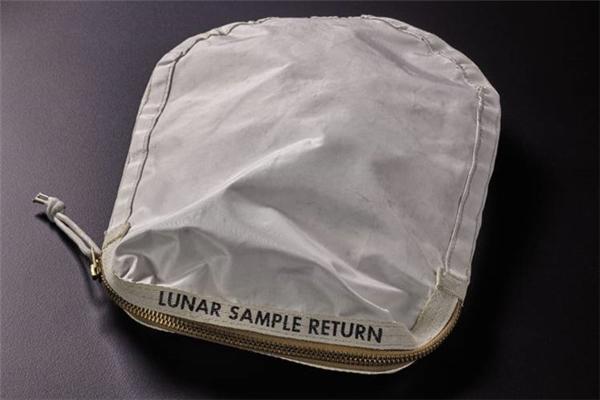Ai sẽ bỏ ra hơn 90 tỷ đồng để mua túi bụi mặt trăng? - 1