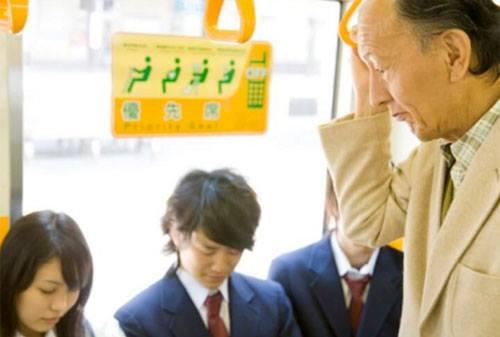 Lý do không cần nhường ghế cho người già ở Nhật Bản gây sốc - 2