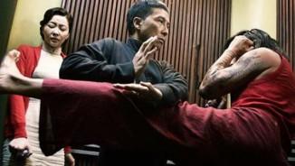 """Chân Tử Đan che chắn cho """"vợ hiền"""" trước đòn hiểm của võ sư Muay Thái"""