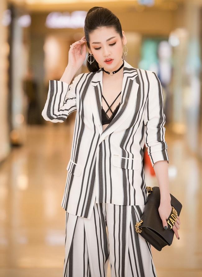 """1. Á hậu Tú Anh: luôn luôn xuất hiện hoàn hảo trong mắt công chúng nhờ váy áo chỉn chu và """"biến hóa"""" trang điểm tinh tế."""