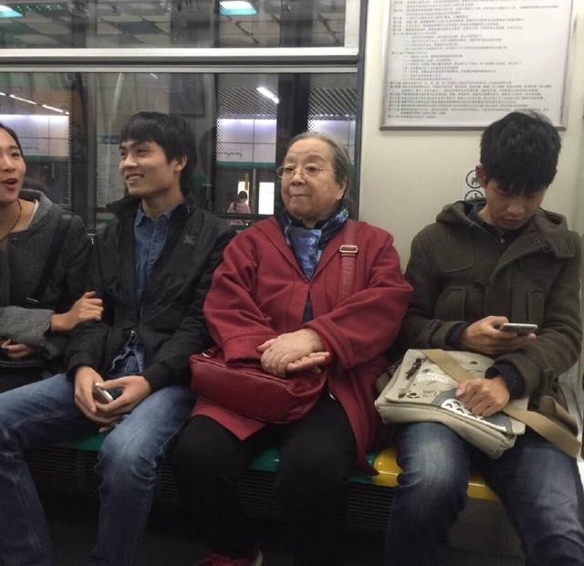 """""""Dung Ma Ma"""" tuổi 81 chật vật cảnh sống neo đơn, làm bạn với chó mèo hoang - 9"""