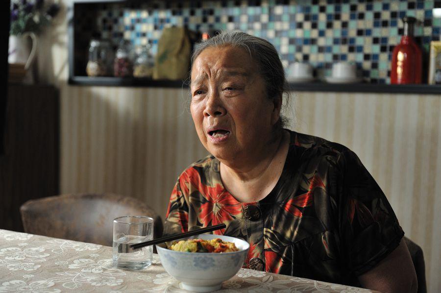 """""""Dung Ma Ma"""" tuổi 81 chật vật cảnh sống neo đơn, làm bạn với chó mèo hoang - 11"""