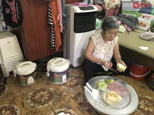 Mẹ già 84 tuổi chăm hai con tâm thần, vài ba ngày mới được ăn thịt - 1