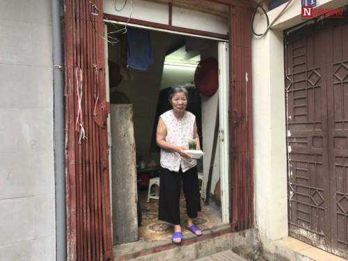 Mẹ già 84 tuổi chăm hai con tâm thần, vài ba ngày mới được ăn thịt - 4