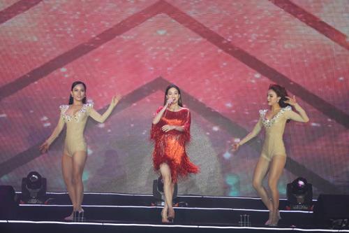 Đang diễn sung, Minh Hằng gặp sự cố trang phục khiến fan cười ồ - 7